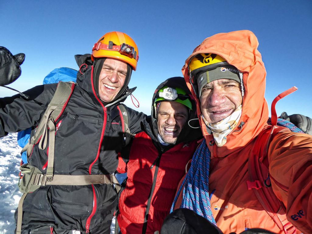 Xavi Llongueras amb dos clients al cim del Chimborazo (6.310m.)