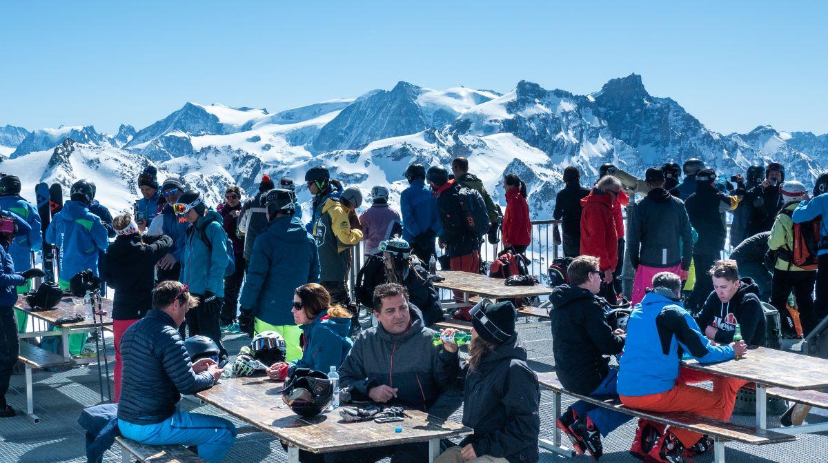 La terrassa que hi ha al Mont-Fort ofereix unes vistes espectaculars de més de 100 cims